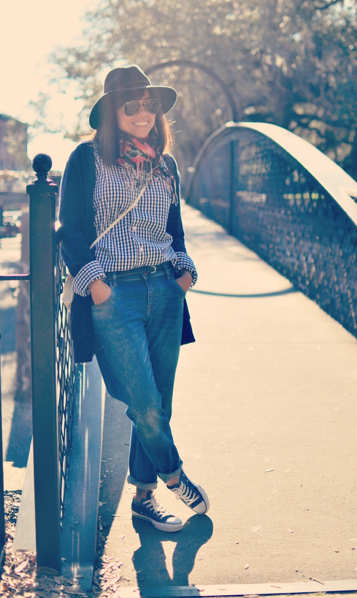 BOYFRIEND JEANS WITH CONVERSE SNEAKERS