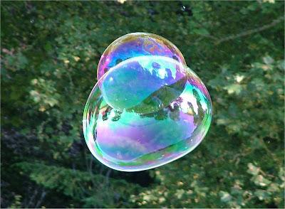 Burbujas de jabón con reflejos iridiscentes