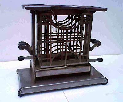 Antigua tostadora eléctrica para pan de metal niquelado, con apoyo superior para tostadas y singular sistema de apertura .