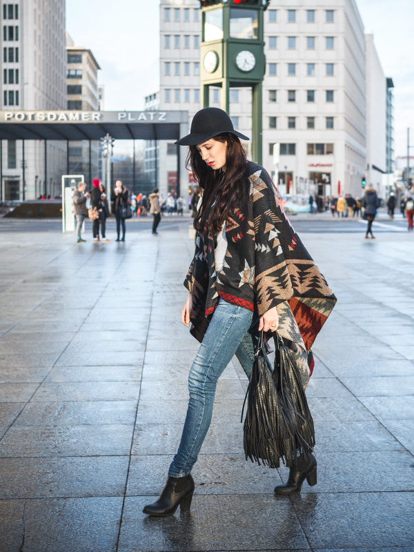 Bild Outfit Azteken Muster Cape Hut Berlin Fashion Modeblogger Berlin Hannover Potsdamer Platz