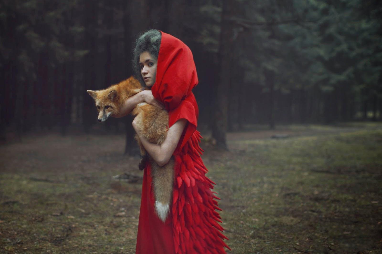 photo de Katerina Plotnikova d'une jeune femme avec une cape rouge tenant un renard