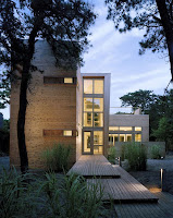 foto fachada de casa moderna alargada hacia arriba alta