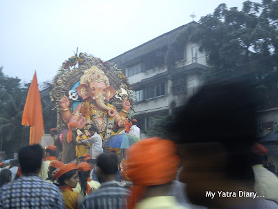 A very Huge Ganpati idol of Shiv Mitra Mandal being taken for visarjan in a cart