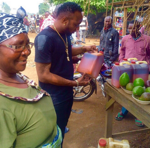 Photos: Kcee stops by the roadside to buy footstuff oh his way to Owerri
