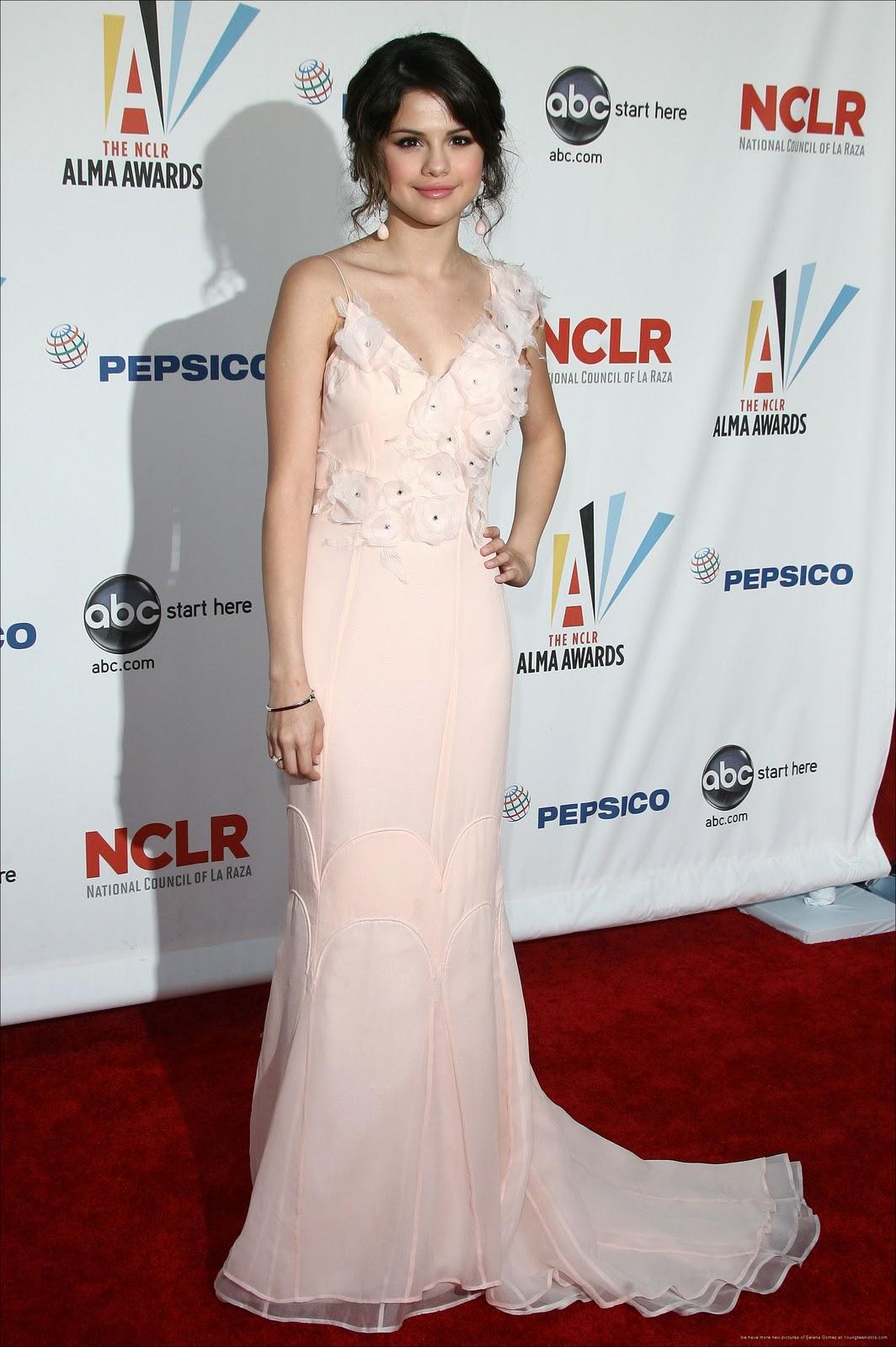 http://4.bp.blogspot.com/-fGJEKmLC5Pk/TpbNu57savI/AAAAAAAADqQ/r5Kp1L5-iEg/s1600/Selena+Gomez+Dresses+%252817%2529.jpg
