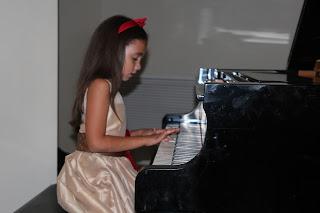 Saray durante el recital de las clases de piano