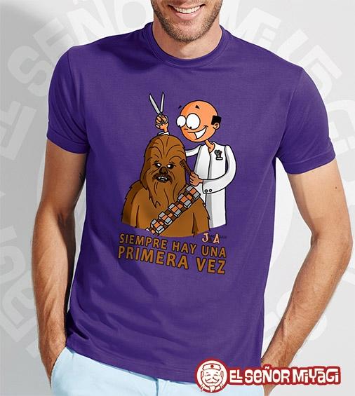 http://www.miyagi.es/camisetas-jandro-y-acevedo/Camiseta-Jandro-y-Acevedo-Chewbacca-morada