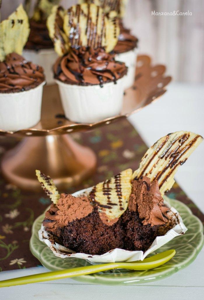 Cupcakes de doble chocolate con patatas fritas