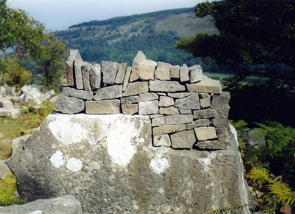 Stone art blog miniature stoneworks giants amongst pebbles for Stone wall art