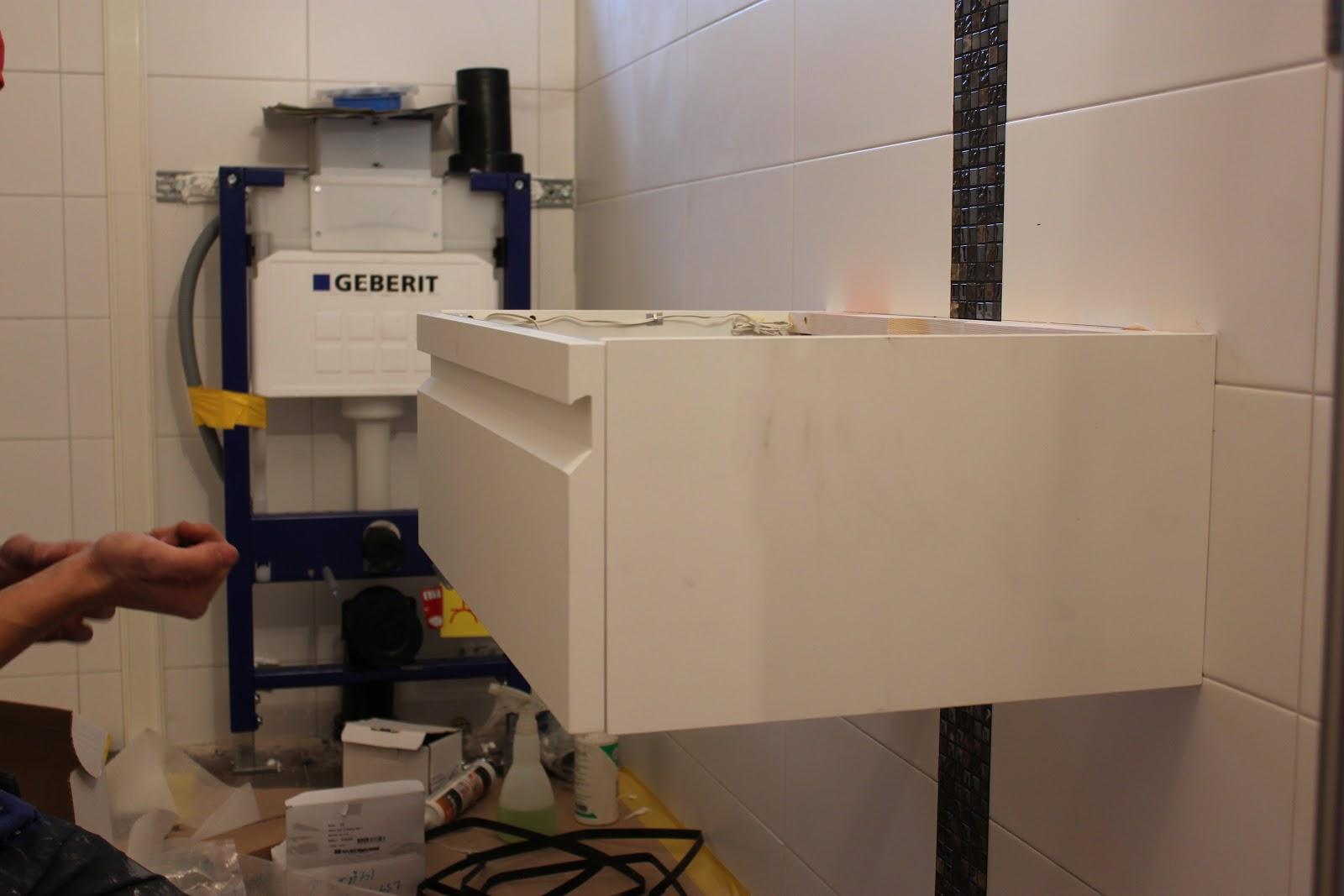 ett badrum blir till: Dag 14 - montering skåp och duschvägg