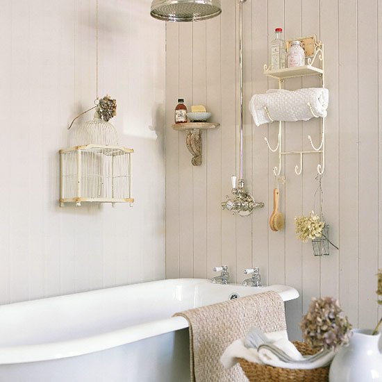 Baños Estilo Shabby Chic:Small Bathroom with Storage