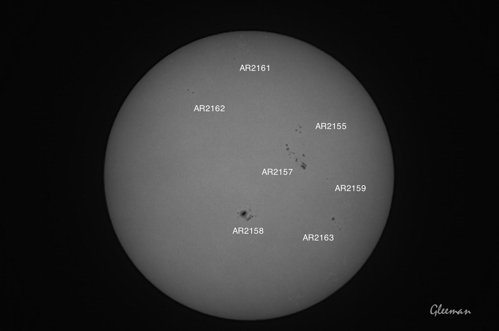 躍的太陽黑子,其中AR2158爆發了X級的太陽閃焰