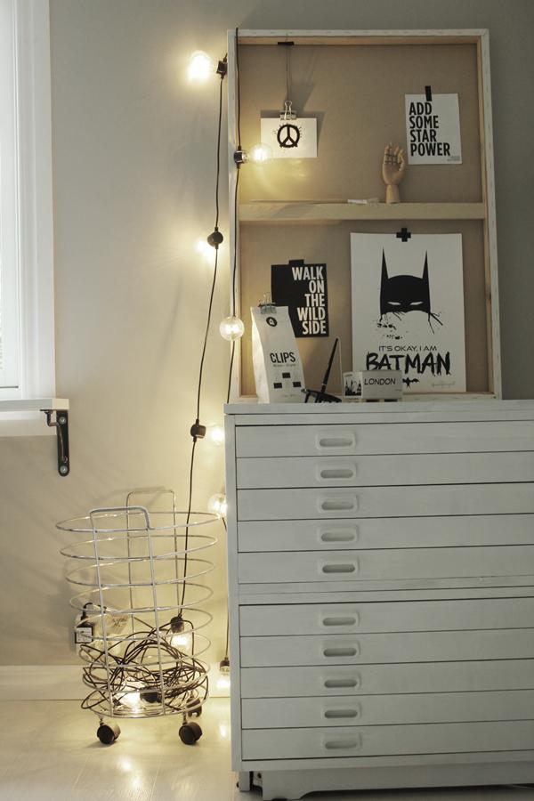 canvastavla som hylla, display, tavla, tavlor, svart och vitt, svartvit, svartvita, poster, posters, batman, batmantavla, batmantavlor, grafiskt, grafiska, konsttryck, annelie palmqvist, ljusslinga, ljusslingor, bygglampa, bygglampor, vykort, print, prints, på väggen, ateljé, arbetsrum, arkivskåp, vitt, vit, vita, korg med hjul, webbutik, webbutiker, webshop, nettbutikk, nettbutikker, plakat, plakater, affischer,
