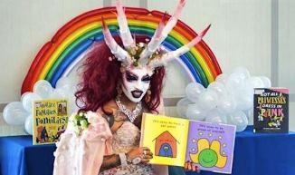 Asociația Librarilor Americani SPRIJINĂ ideea ca TRAVESTIȚII să le citească povești GAY copiilor