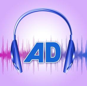 Ilustração. Em fundo lilás, histograma de áudio em tons de rosa, roxo e azul. Sobre ele, as letras A e D maiúsculas em azul. Em torno delas, um fone de ouvido da mesma cor: curso de audiodescrição a distância na UNESP