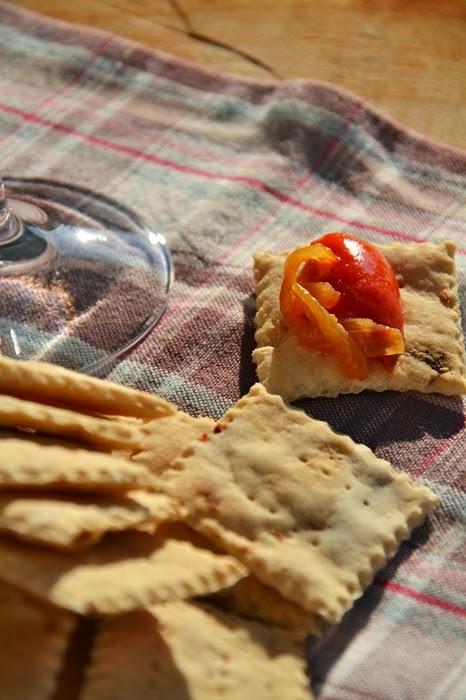 crackers con esuberi di pasta madre alle acciughe