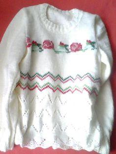 Dzianinowy swetrek z różami