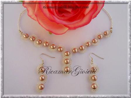 collana ed orecchini onda in brick stitch realizzati con rocailles 15/0 e perle 8 mm