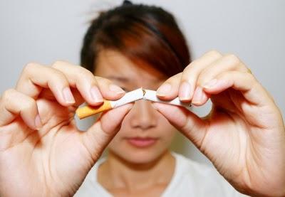 التدخين يسبب العديد من الآثار السيئة على الصحة العامة الخاصة بك، أحد هذه الآثار السيئة هو جعلك تبدو أكبر سنا ويسبب الشيخوخة. ذلك لأن التدخين يقلل من تدفق الدم إلى الجلد ويسبب التجاعيد و الكآبة