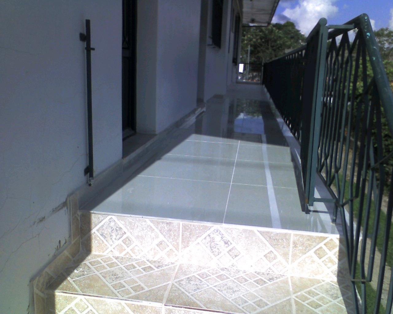 anti derrapante e corredor com porcelanato polido 60x60 retificado  #4D5E7E 1280x1024 Banheiro Com Porcelanato Retificado