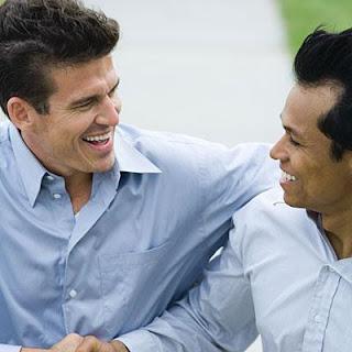 طرق تساعدك في اكتشاف الصديق العدو - رجال اصدقاء - two-men-friends-