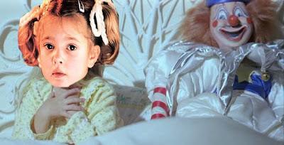 niña y un payaso terrorifico en la cama