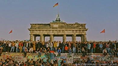 http://dangstars.blogspot.com/2014/11/logo-google-doodle-memperingati-25-tahun-runtuhnya-tembok-berlin.html