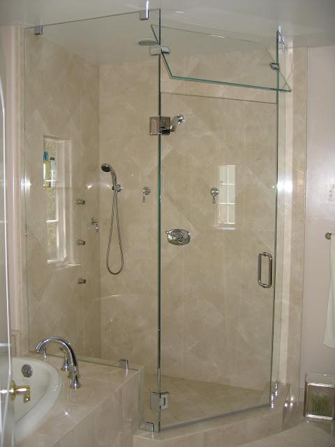 Vách kính cường lực trong suốt được sử dụng trong phòng tắm đứng