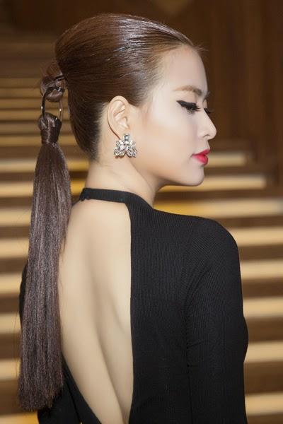Diện hai kiểu váy sexy Hoàng Thùy Linh đi dự tiệc