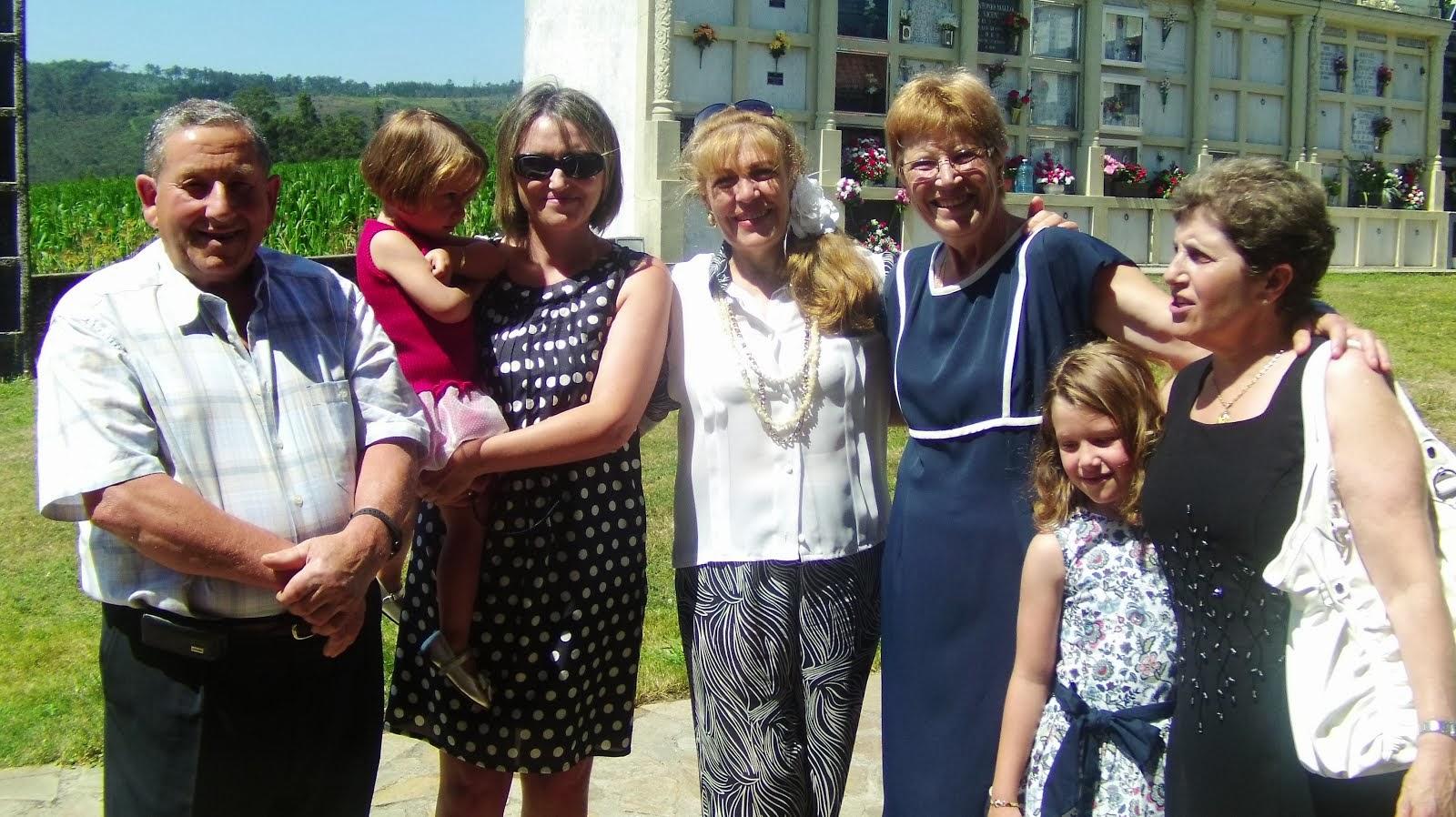 Loly y sus primos. Elvira y su esposo, Mari Carmen con sus niñas y mi prima Carmen.