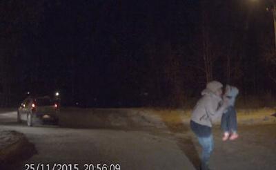 Βίντεο – σοκ: Μωρό ανοίγει την πόρτα και πέφτει από αυτοκίνητο εν κινήσει!