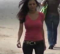 tia buena andando sin sujetador