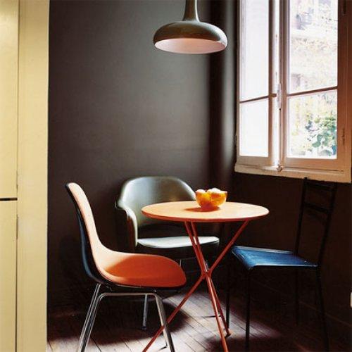 orangeroter Eames Chair von VITRA als Blickfang in der Küche