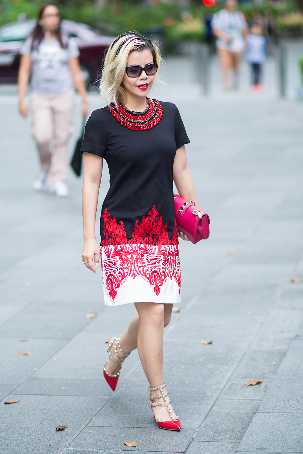 Fashion Blogger- CrystalPhuong- Black and white embroidered shift dress