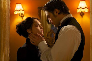 "Robert Pattinson e Christina Ricci em cena do filme ""Bel Ami: O Sedutor"""