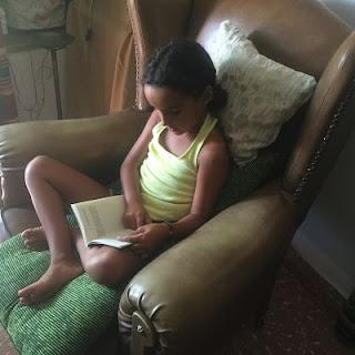 Alejandra. niña leyendo.