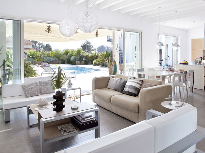 Coastal style californian beach house style for Salon blanc et beige design