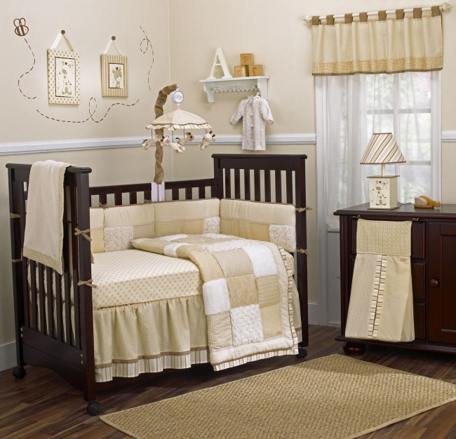 habitaciones con estilo dormitorio de beb crema con marr n. Black Bedroom Furniture Sets. Home Design Ideas