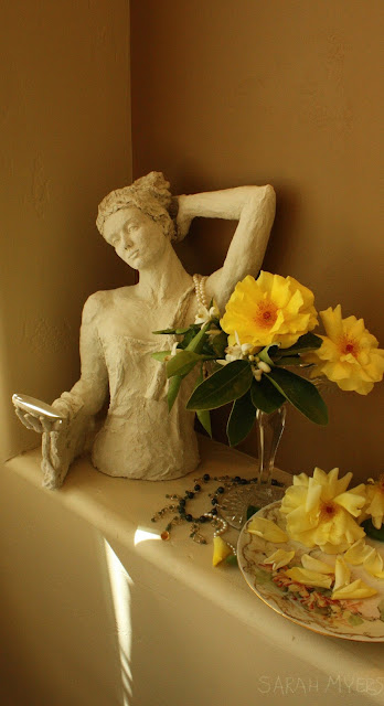 sculpture, interior, woman, sarah, myers, art, sculptor, still-life, nicho, living, roses, arte, escultura, mirror, figurative, classic