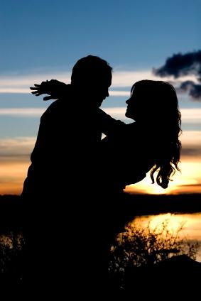 http://4.bp.blogspot.com/-fOJD5KqA08A/T9hNR8F6NwI/AAAAAAAAAXc/t5-hteDim_0/s1600/Couple+In+Love+Silhouette+4.jpg