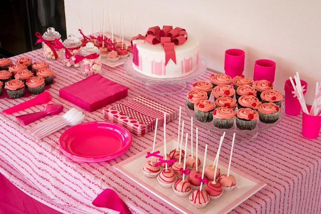 Mesa dulce con tarta de fondant, cake pops, cupcakes y besitos de merengue