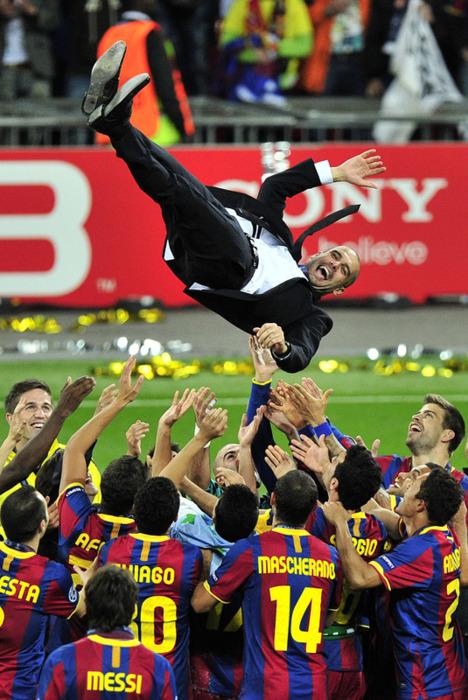 Guardiola es manteado por los Barcelonistas