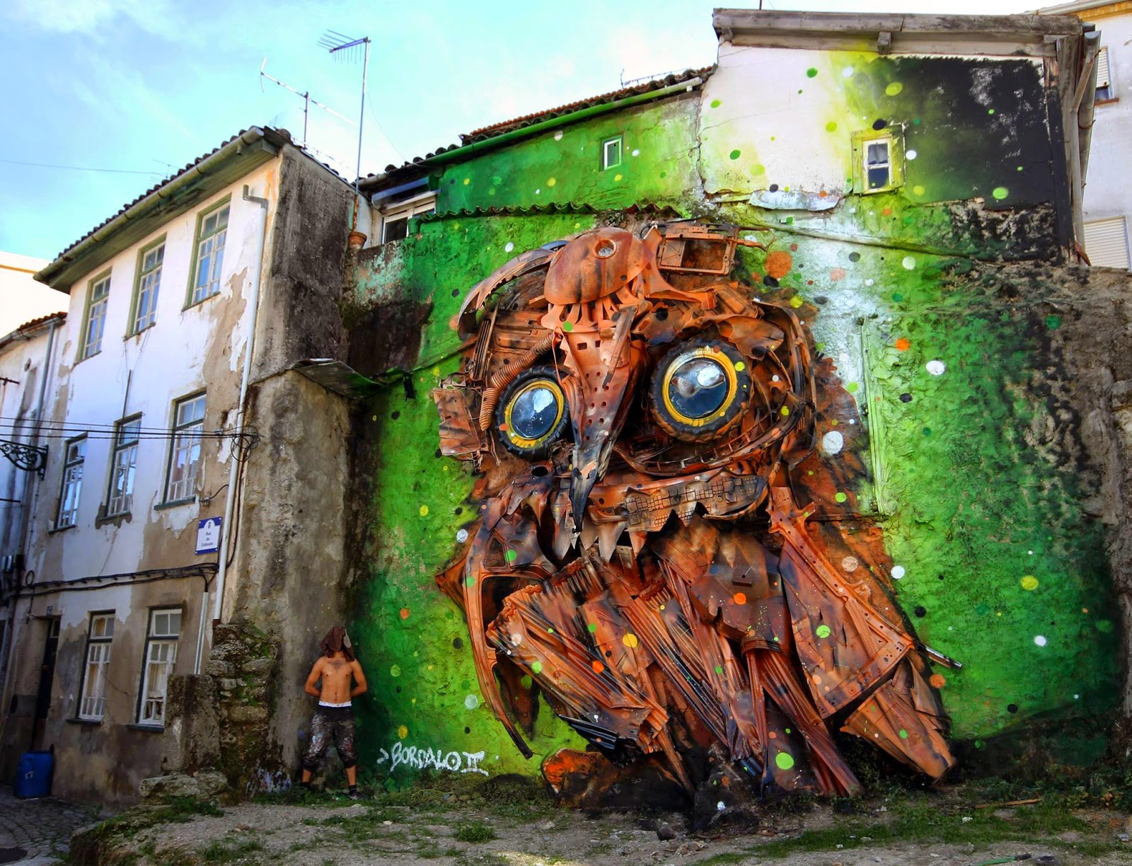 Our friend Bordalo II recently stopped by the lovely city of Covhila in Portugal where he was invited to work on a new installation for the excellent Wool Festival.