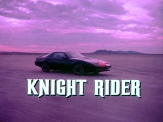Pantalla de inicio de la serie El coche fantástico de 1982. En la imagen aparece un Pontiac Firebird Trans Am (KITT) con el texto Knight Rider