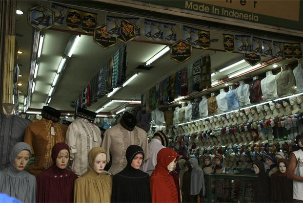 سوق بارو واجهة أساسية للسياح المسلمين من كل دول العالم الذين يجدون تشكيلة رائعة ومتنوعة من ملابس النساء المتوافقة مع الشريعة