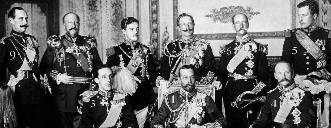 1- George V, roi de Grande-Bretagne et d'Irlande, empereur des  Indes 1865-1936 2-Guillaume (Wilhelm) II, empereur allemand et roi de Prusse 1859-1941 3-Alphonse (Alfonso) XIII, roi d'Espagne 1886-1941 4- Frédéric (Frederik) VIII, roi de Danemark et d'Islande 1843-1912 5-Albert I, roi des Belges 1875-1934 6-George (s) I, roi des Hellènes 1845-1913 7- Manuel II, roi de Portugal et des Algarves 1889-1932 8-Ferdinand I, tsar des Bulgares 1861-1948 9-Haakon VII, roi de Norvège 1872-1957
