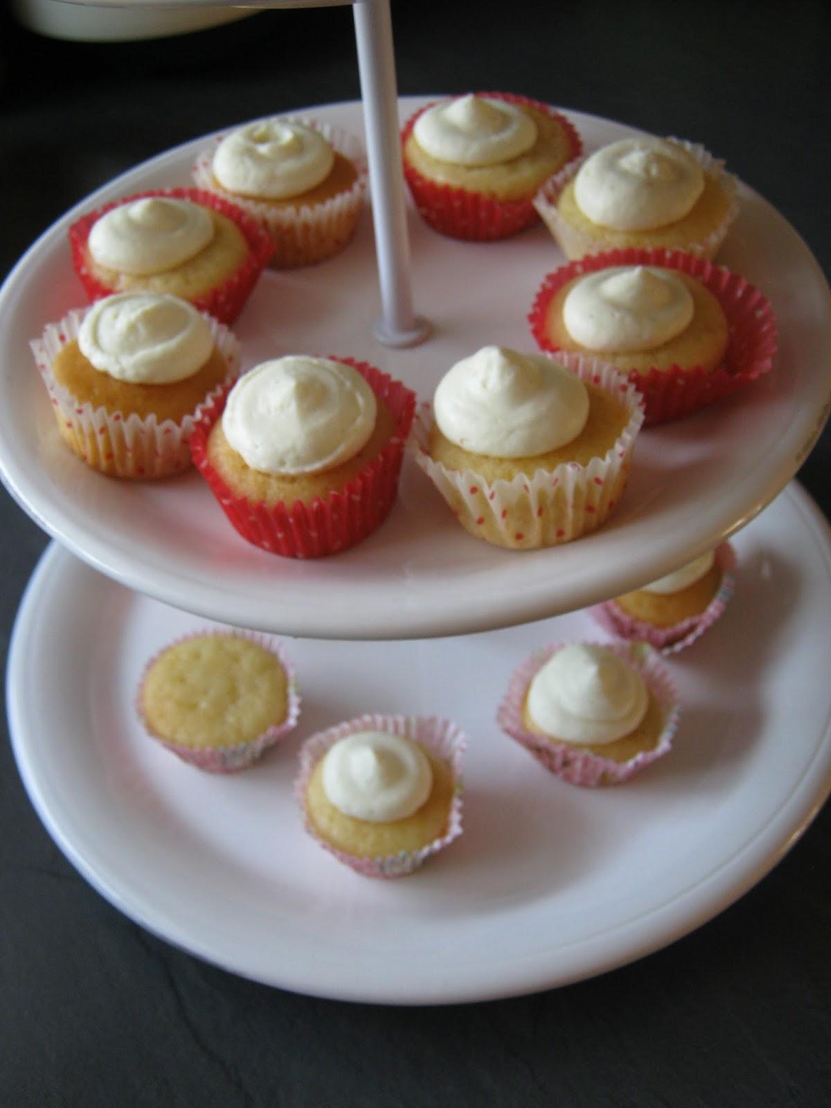 julia 39 s sweet bakery mini cupcakes mit himbeer f llung und wei er ganach. Black Bedroom Furniture Sets. Home Design Ideas