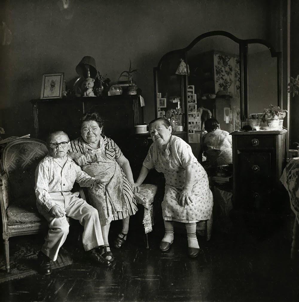 Grupa ruskih patuljastih ljudi u stanu u 100. ulici, Njujork, 1963