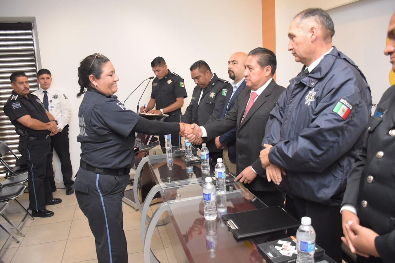 EL COMPROMISO DEL ALCALDE, DIGNIFICAR LA LABOR POLICIAL AL ENTREGAR TARJETAS DE SERVICIO MÉDICO ADI