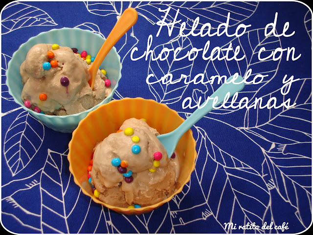 Helado de chocolate con caramelo y avellanas